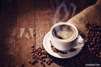 Fototapeta Ziarna oraz gorąca kawa (105907729)