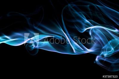 Fototapeta Niebieska chmura dymu na czarnym tle (37387323)