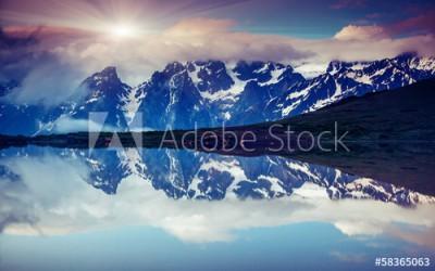 Fototapeta Tafla jeziora z odbitym pasmem gór (58365063)