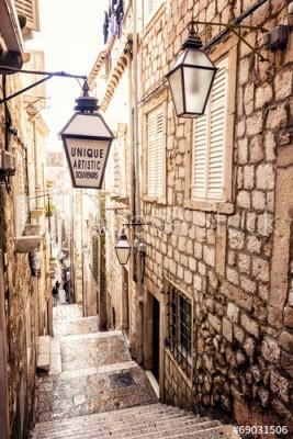 Fototapeta Wąska uliczka ze schodami w starym mieście (69031506)