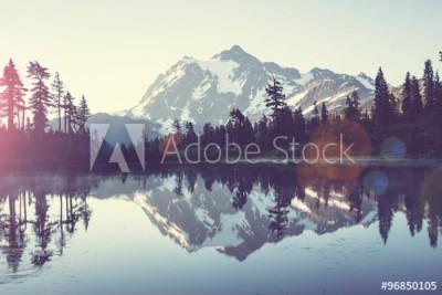 Fototapeta Obraz jeziora ze szczytami gór ( 96850105)