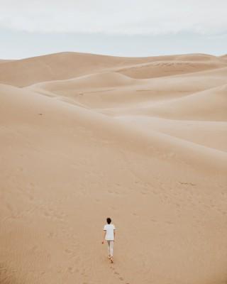 Plakat Kobieta na pustyni